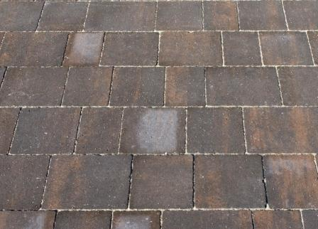 Высолы  - известняковые отложения на тротуарной плитке