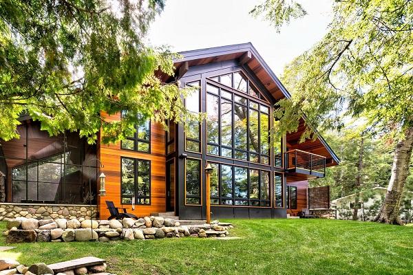 Загородный дом в стиле модерн в окружении деревьев