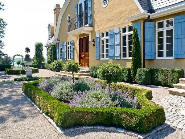 Английский пейзажный стиль (вверху) и регулярный сад