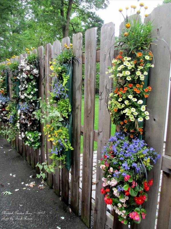 Декорирование забора цветами